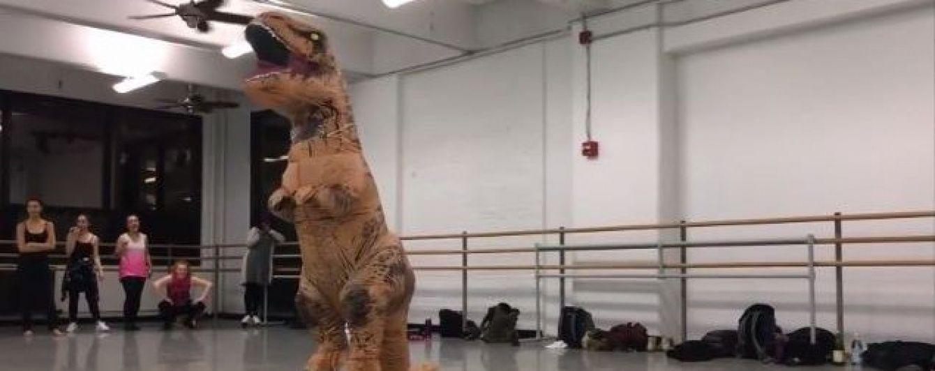 """Хореографічний виступ тиранозавра під пісню з мюзикла """"Кордебалет"""" зачарував публіку"""