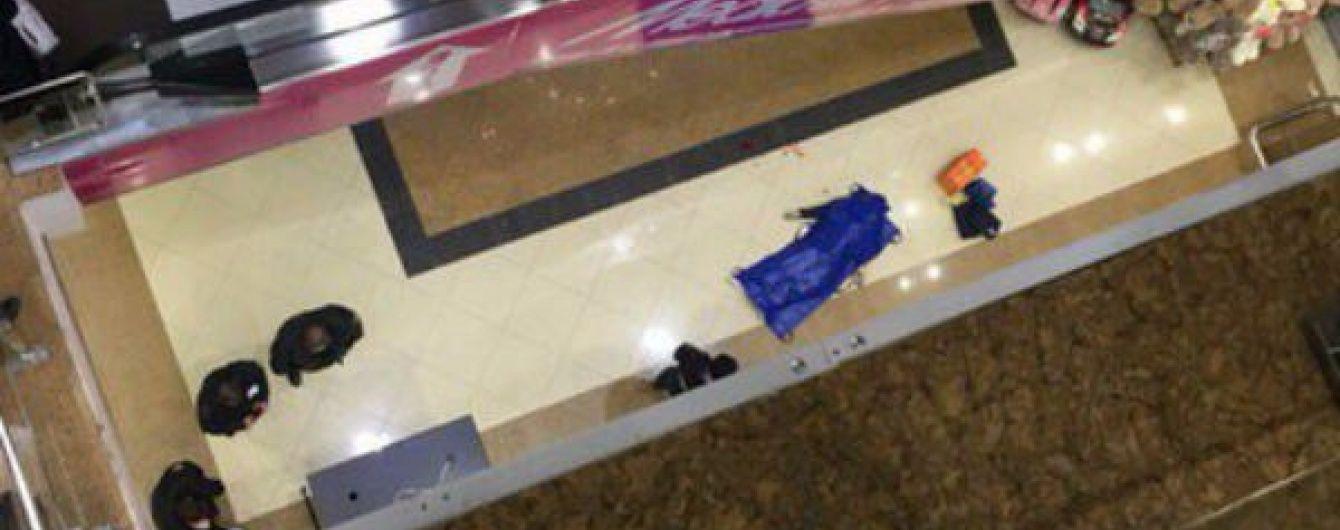 У Росії п'яний десантник зірвався з третього поверху торгового центру