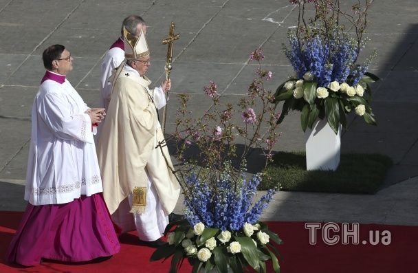 Упоминание о войне на Донбассе и тысячи цветов. Как в Ватикане проходила  пасхальная месса