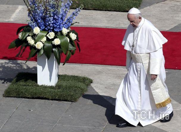 Згадка про війну на Донбасі і тисячі квітів. Як у Ватикані відбувалася великодня меса
