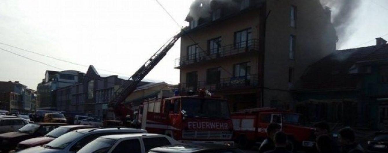 У центрі Ужгорода палає житловий будинок із офісами