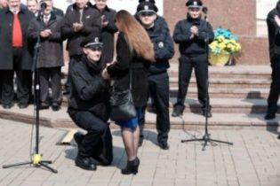 Романтична служба: чернівецький коп освідчився під час присяги