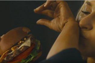 Наречена Кличка Панеттьєрі посмакувала гамбургером у коротких шортиках