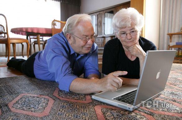 пенсіонери з ноутбуком