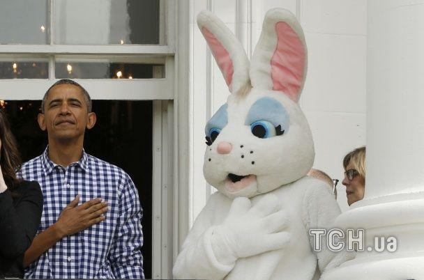 Найяскравіші фото дня: Обама і Великодній заєць, вечірка у таборі для біженців