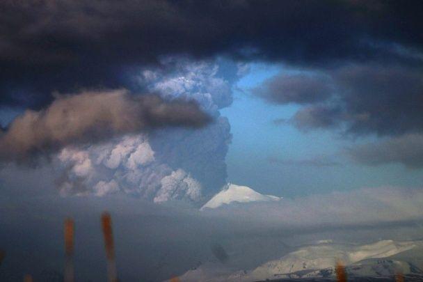 Вогонь і сніг: на Алясці почалося виверження вулкану