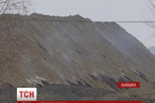 На Львівщині люди задихаються через пожежу на величезному териконі