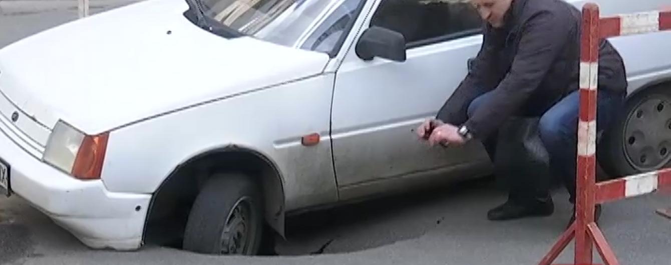 У центрі Києва посеред траси машина провалилась під асфальт
