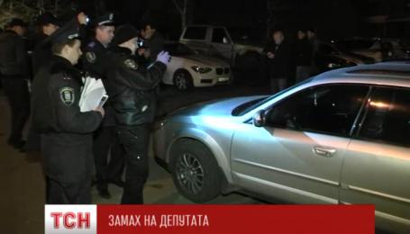Место, где бросили гранату у Владимира Парасюка, продолжают осматривать правоохранители