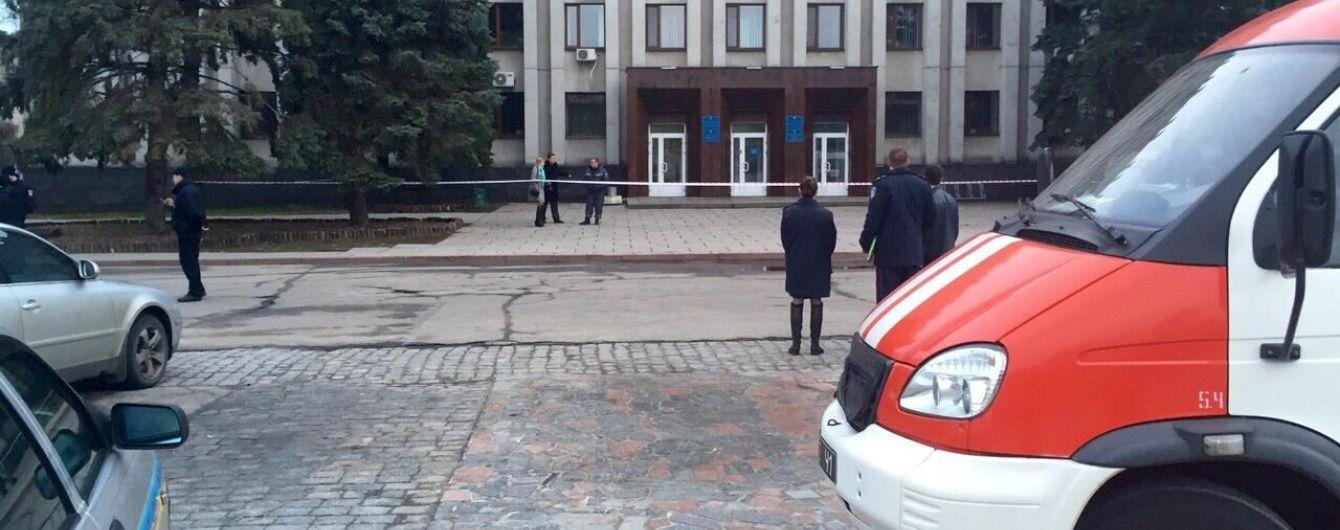 """До входу у мерію Кременчука невідомі підкинули """"динаміт"""""""