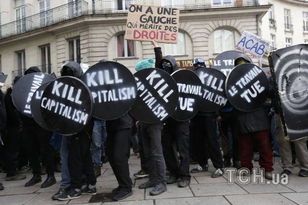Петарди, кийки та сльозогінний газ: у Парижі продовжуються масові протести