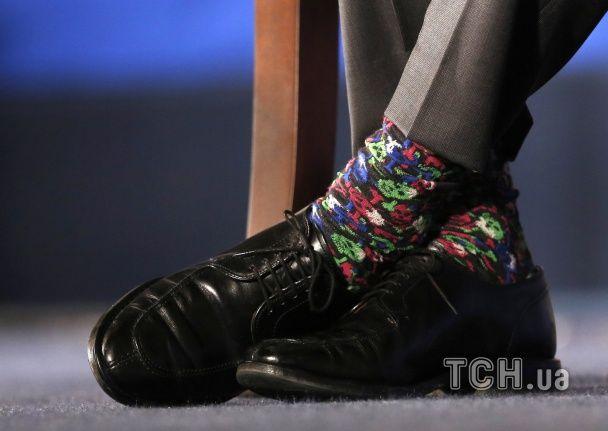 Найяскравіші фото дня: різнокольорові шкарпетки прем'єра Канади, йога на скляному мосту