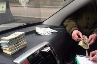 """У Києві затримали """"ділка"""" за вимагання неймовірного хабара у $ 200 тис"""