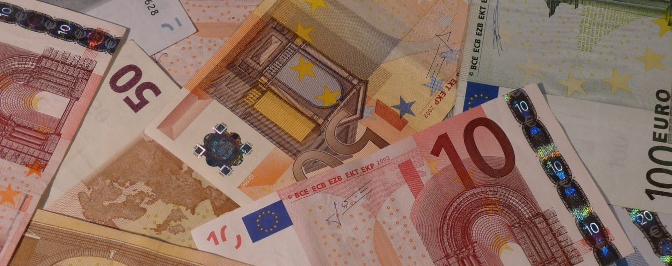 Вартість євро продовжує зростати, а долар трохи пригальмував. Курс валют на 1 квітня