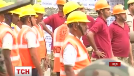 Число жертв после падения моста в Индии растет