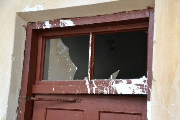 У Львові чоловік напідпитку розтрощив вікна сусідам, облив фарбою під'їзд та побив поліцейських