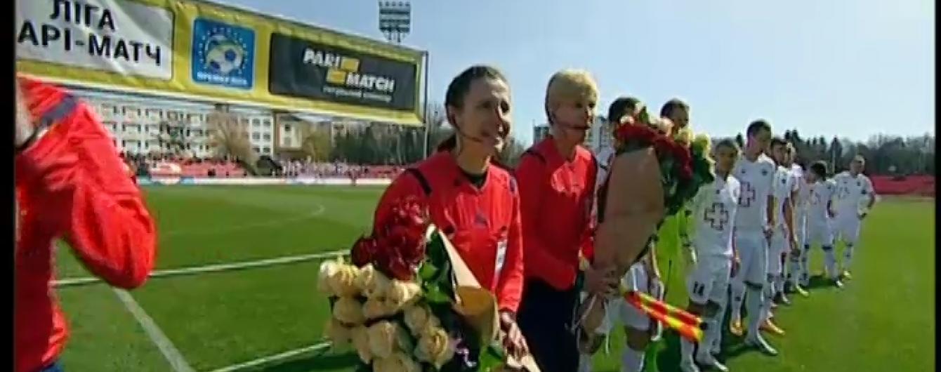 Українську жінку-арбітра квітами привітали з дебютом у чоловічому футболі