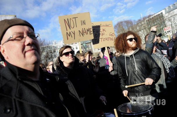 """Розгнівані ісландці влаштували масовий протест через прем'єра, що """"засвітився"""" в офшорному скандалі"""