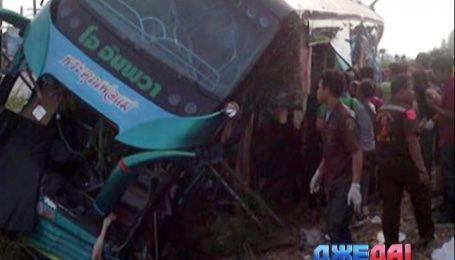 Автобус с туристами выехал на нерегулируемый переезд в Таиланде