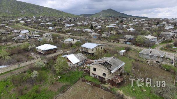Розбомблені будинки та солдати з автоматами: як зараз виглядає Нагірний Карабах