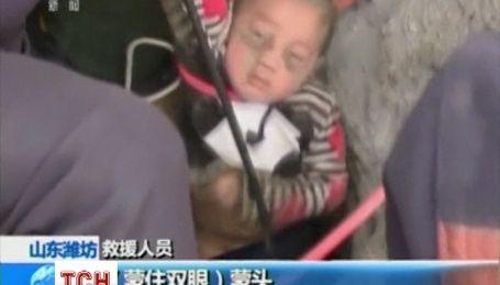 Китайские спасатели вытащили мальчика, который упал до 12-метровый колодец