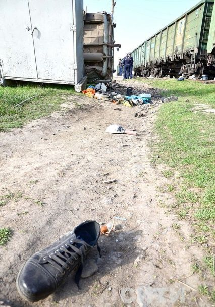 В Одеській області на залізничному переїзді потяг перекинув легковик