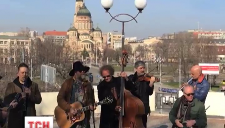 Борис Гребенщиков устроил утренний уличный концерт в Харькове