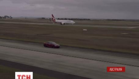 В Австралії Boeing позмагався з електромобілем Tesla на перегонах