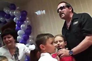 """У Росії діти на святі радісно співали """"табірний хіт"""" разом з солістом """"Бутирки"""""""