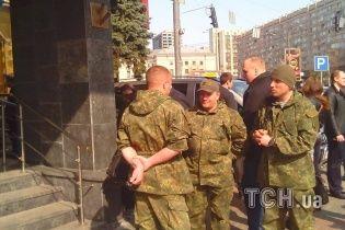 """Після звільнення від """"айдарівців"""" у готелі """"Либідь"""" знайшли зброю"""