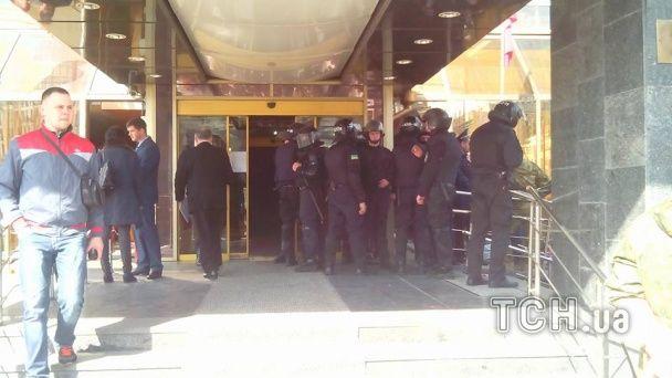 """В столичном отеле """"Лыбидь"""" спецназовцы выселяют и задерживают """"айдаровцев"""""""
