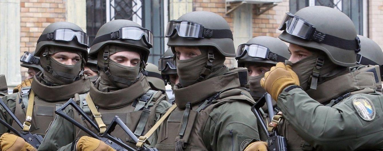 Невідомі у камуфляжі заблокували детективів НАБУ, які проводять обшук у справі заступника прокурора