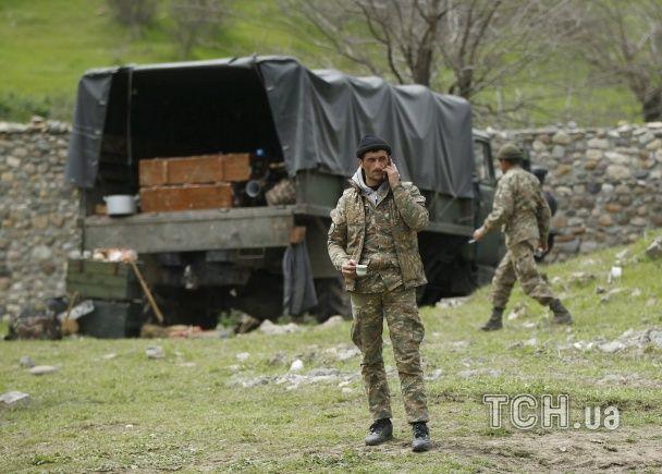 Танки і згорілі машини: Reuters показало, як виглядає крихке перемир'я у Нагірному Карабасі