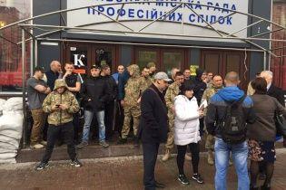 """Кафе """"Каратєль"""" на Майдані боронять вчорашні загарбники готелю """"Либідь"""""""