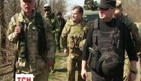 Турчинов и Полторак прибыли в наиболее обстреливаемую боевиками Авдеевки