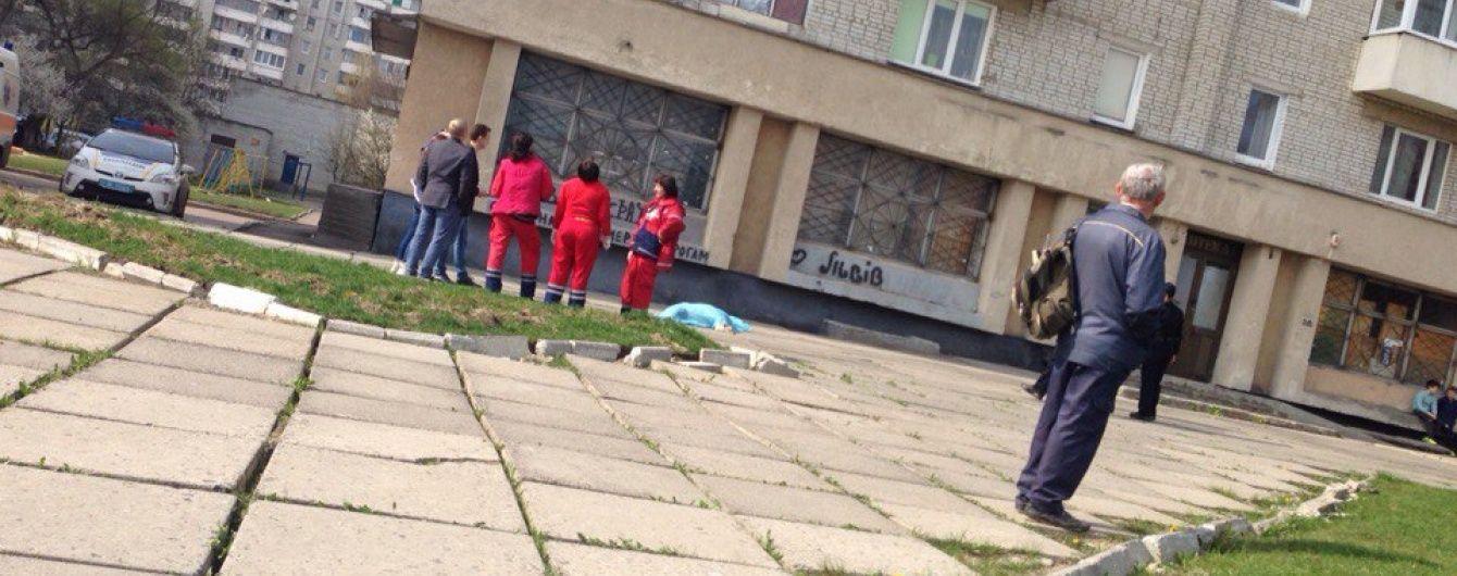 У Львові з 8-го поверху житлового будинку випала людина