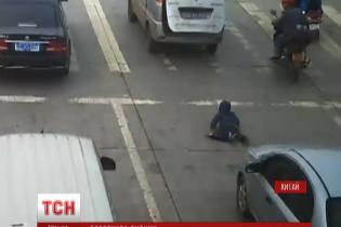 У Китаї малюк випав під колеса машини через багажник, але лишився живим
