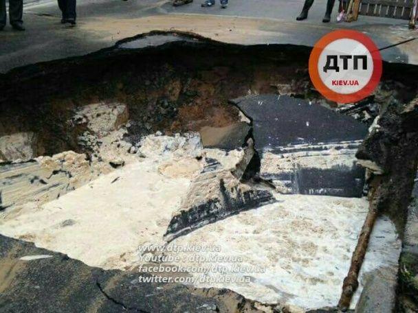 У центрі Києва посеред дороги стався масштабний провал асфальту
