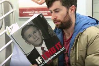 Американський комік розігрував пасажирів, читаючи непристойні книжки в метро