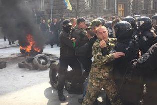 Під Адміністрацією президента - сутички, палають шини і привезли шибеницю