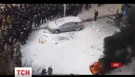 Под зданием Администрации Президента сегодня жгли шины