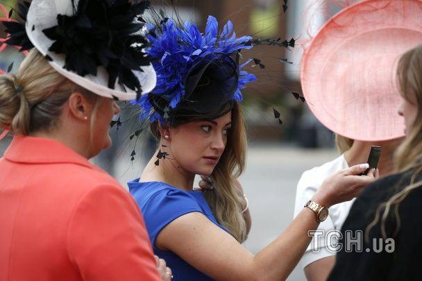 Капелюшки, платтячка й туфлі. Як у Великобританії відбуваються найвідоміші кінні перегони