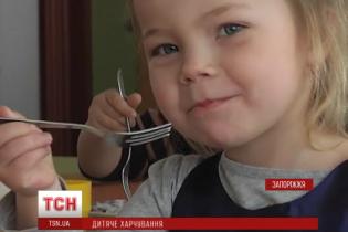 У Запоріжжі вихованців дитсадків годували фальсифікованими продуктами