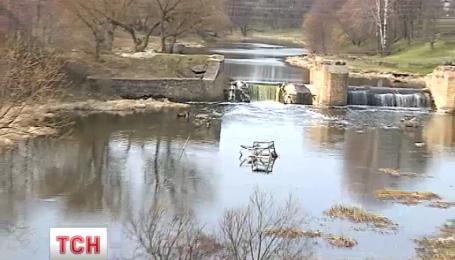 Клеєм і фекаліями на Житомирщині залили річку, воду з якої п'ють десятки міст