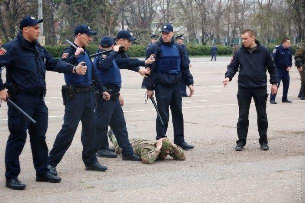"""В Одесі """"святкують"""" День визволення від фашистів з російським триколором й сльозогінним газом"""
