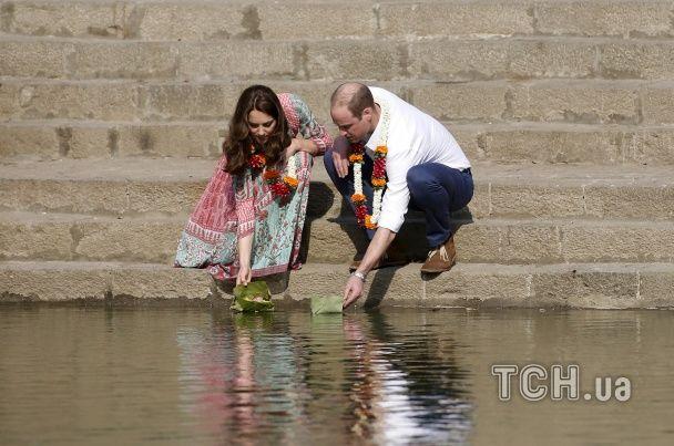 Найяскравіші фото дня: цвітіння сакури в Ужгороді, принц Вільям та його дружина у Мумбаї