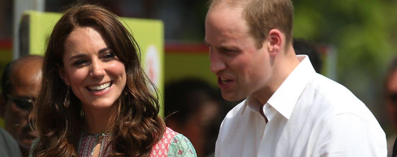 Кембриджи в Индии: Кэтрин сыграла в крикет, а Уильям - в футбол