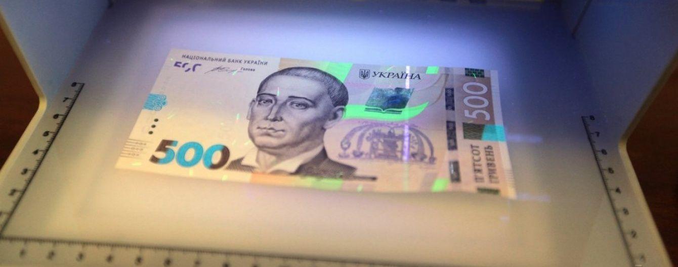 В Киеве неизвестные в масках отобрали у мужчины сумку с полумиллионом гривен