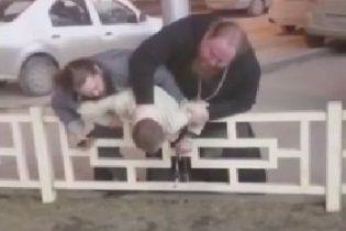 У Мережі з'явилося відео, як у Росії священик відлупцював водія