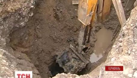 В Тернополе коммунальщика засыпало землей в результате обвала в четырехметровом котловане